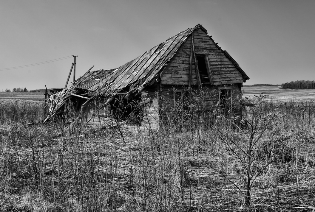 abandoned barn in black and white